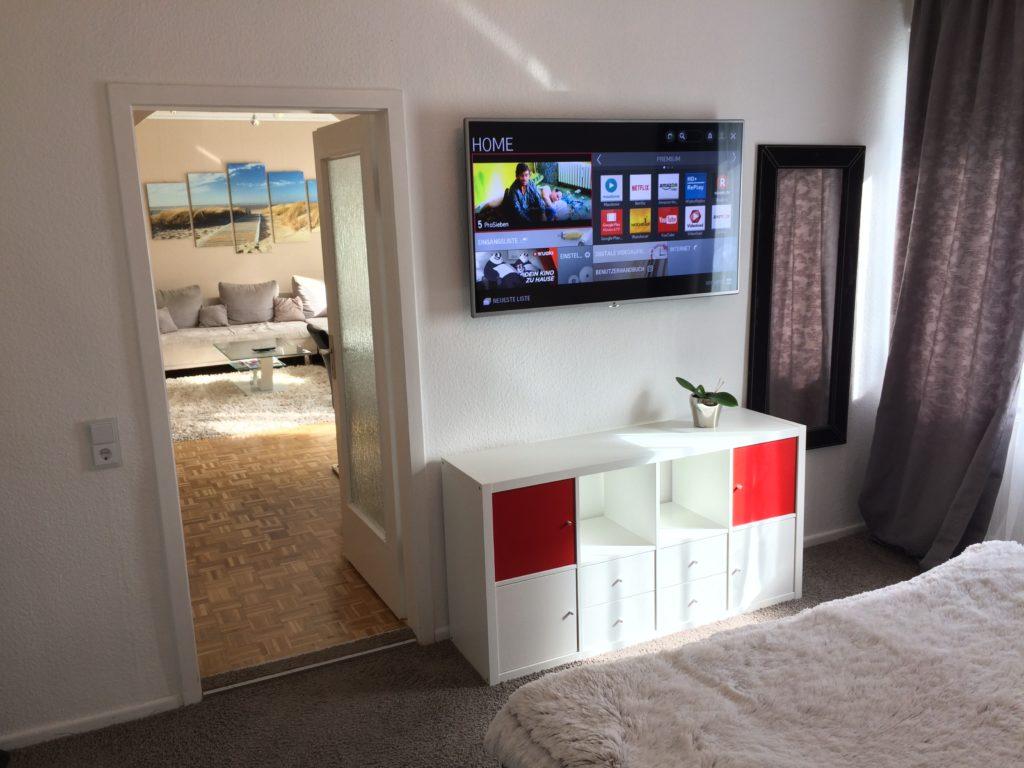 """55""""-Smart-TV mit Netflix-Account im Hauptschlafzimmer"""
